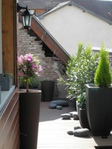 Des pots, des plantes et des galets