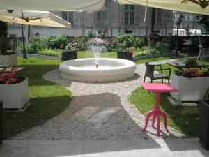 Fontaine de forme circulaire au restaurant Le Fantin Latour