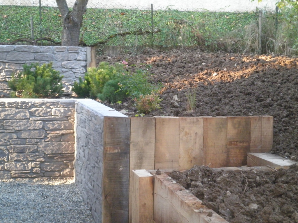 Mur de soutenement en traverse bois - Mur soutenement pierre ...