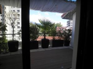Vu de l'intérieur sur la terrasse réaménagée