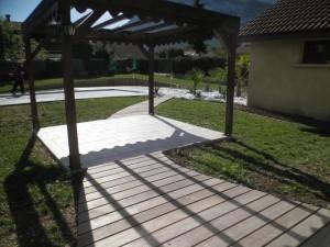 Allée en Ipé desservant l'espace repas et la piscine