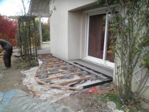 Partie plus petite de terrasse donnant sur le jardin zen