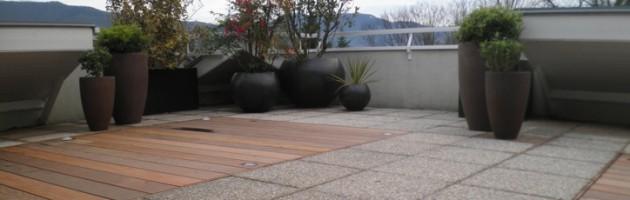 Aménagement de terrasse comprenant les pots, le bois et les végétaux