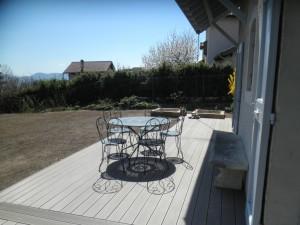 Terrasse en lame composite avec un cadre sur la partie centrale